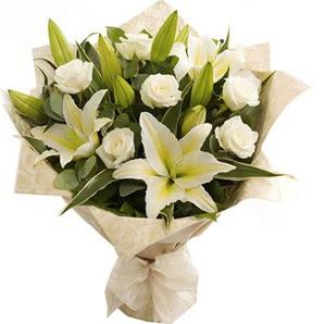 Eskişehir İnternetten çiçek siparişi  3 dal kazablanka ve 7 adet beyaz gül buketi