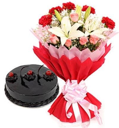 Karışık mevsim buketi ve 4 kişilik yaş pasta  Eskişehir 14 şubat sevgililer günü çiçek